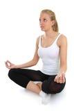 美好执行在白人妇女瑜伽 免版税库存图片