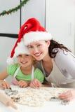 美好母亲和女儿烹调 免版税库存图片