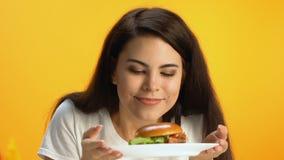 美好深色嗅可口汉堡和微笑,便当,肥腻膳食 股票录像