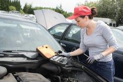 美好深色设法修理打破的汽车 免版税库存照片