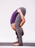年轻美好瑜伽妇女摆在 免版税库存照片
