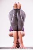 年轻美好瑜伽妇女摆在 库存照片