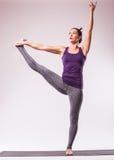 年轻美好瑜伽摆在 免版税图库摄影