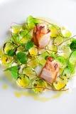 美好用餐,食家烤了在抱子甘蓝的猪腰 免版税图库摄影