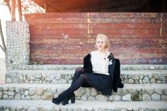 美好白肤金发妇女佩带时兴 免版税图库摄影