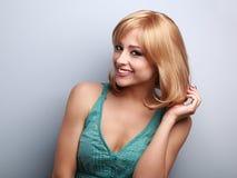 美好白肤金发短发样式少妇暴牙微笑 免版税库存照片