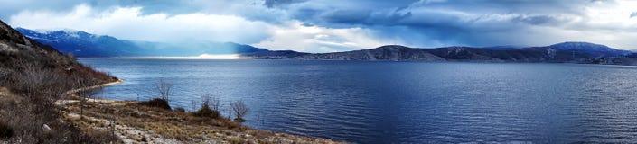 美好的一座山的风景全景图象与喜怒无常的天空的 免版税库存照片