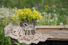美好的一点黄色开花的花花束叫r 免版税图库摄影