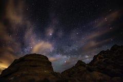 美好的与火上升的银河谷的夜满天星斗的天空  库存照片