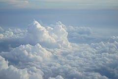 美好的与蓝天背景树荫的自由格式天堂白色云彩看法从飞行飞机窗口的 免版税库存图片