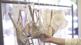 美好的丝绸和鞋带女用贴身内衣裤在挂衣架在商店 股票视频