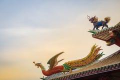 美好的中国龙带头的独角兽和中国人菲尼斯stat 库存照片