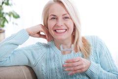美好的中部早晨变老了妇女饮用水 免版税库存照片