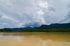 美好的乡下风景, Sungai霹雳州位于霹雳州状态的河岸,马来西亚 库存照片