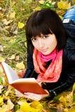 美好的书女孩读取 图库摄影