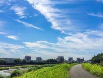 美好的云彩形成在白川町河 免版税库存照片