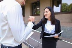 年轻美好的亚洲企业女性和白种人男性看看 免版税库存照片