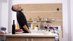 美好的人种间年轻夫妇跳舞,笑和获得乐趣在厨房里 影视素材