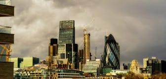 美好的伦敦地平线,著名桥梁的看法,多云天, 库存图片