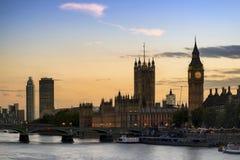 美好的伦敦市地平线风景在与发光的ci的晚上 免版税库存图片