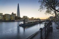 美好的伦敦市地平线风景在与发光的ci的晚上 图库摄影