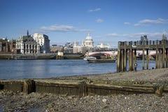 美好的伦敦市地平线风景在蓝天夏日a 库存图片