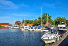 美好的体育乘快艇,旅游轮渡和船在丹麦人河,克莱佩达,立陶宛 免版税库存图片