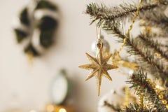 美好的假日装饰了有圣诞树的室与礼物在它下 免版税库存照片