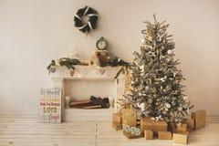 美好的假日装饰了有圣诞树的室与礼物在它下 免版税库存图片