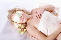 美好的健康模型与眼罩睡觉 免版税库存照片