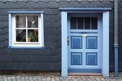 美好的入口花梢前窗 免版税库存照片
