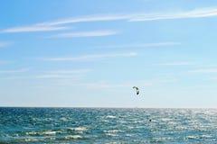 美好的全景向海和kitesurfing在布赖顿,英国 免版税库存图片