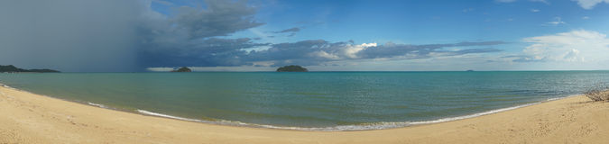美好的全景海视图和干净的海滩wth三朵来自图片, colouful蓝天的左边的海岛和多雨云彩, 图库摄影