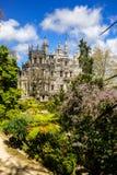 美好的公园和Regaleira ` s宫殿在辛特拉,葡萄牙 免版税库存照片