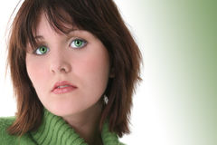 美好的关闭注视女孩绿色青少年  免版税库存图片