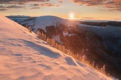 美好的冬天妙境山风景全景在平衡光的在日落 在云彩上的山 r 库存照片
