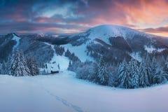 美好的冬天妙境山风景全景在平衡光的在日落 在云彩上的山 r 图库摄影
