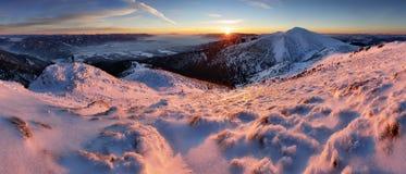 美好的冬天妙境山风景全景我 免版税库存照片