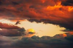 美好的剧烈的冬天cloudscape背景 免版税库存照片