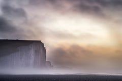 美好的剧烈的有雾的冬天日出七姐妹峭壁lan 免版税库存图片
