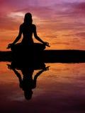 美好的剪影女子瑜伽 免版税库存照片