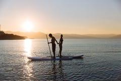美好的加上剪影一口农奴和桨在海洋 图库摄影