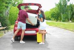 美好的加上手提箱为夏天旅途包装了在汽车附近 免版税图库摄影