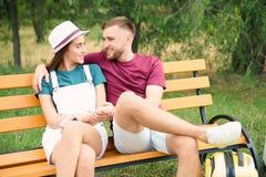 美好的加上手提箱为夏天旅途包装了坐长凳 免版税库存图片