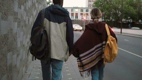 年轻美好的加上走在晚上的背包在交通路附近 一起花费时间的男人和妇女 影视素材