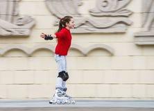 美好的十几岁的女孩四轮溜冰 图库摄影