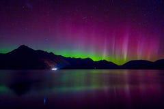 美好的南极光和银河在瓦卡蒂普湖, Kinloch,新西兰南岛 库存照片
