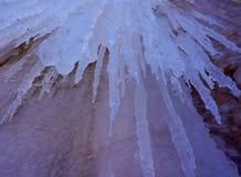 美好的发光的透明冰柱 免版税库存照片
