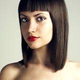 美好的发型严格的妇女年轻人 免版税库存图片