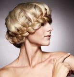 美好的发型时髦的妇女 免版税库存照片